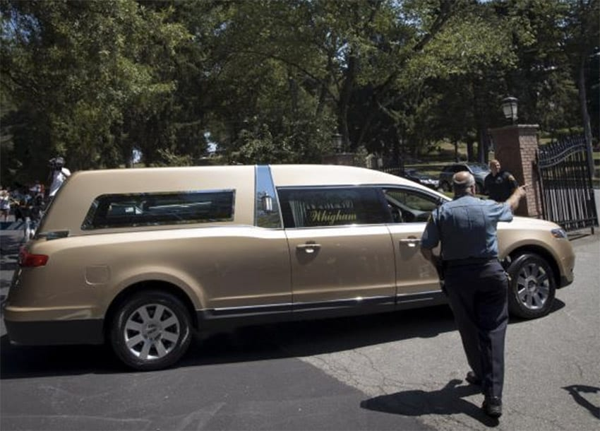 A hearse carrying the remains of Bobbi Kristina Brown arrives for a burial service at the Fairview Cemetery in Westfield, New Jersey, August 3, 2015. REUTERS/MIKE SEGAR