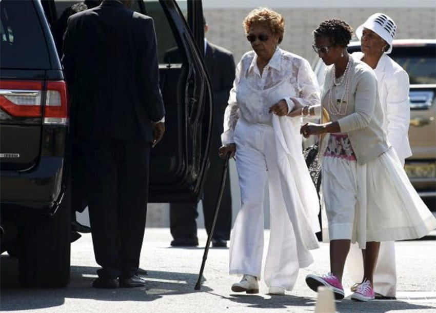 Cissy Houston (L) attends a funeral service of her granddaughter Bobbi Kristina Brown at the Whigham Funeral Home in Newark, New Jersey August 3, 2015. REUTERS/EDUARDO MUNOZ