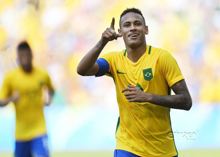 Brazil's Neymar celebrates after scoring a penalty against Honduras during their Rio 2016 Olympic Games men's football semifinal match at the Maracana stadium in Rio de Janeiro, Brazil, on August 17, 2016. Martin BERNETTI / AFP