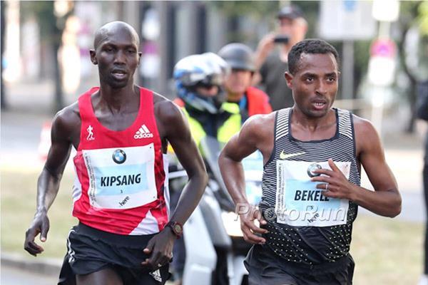 Wilson Kipsang and Kenenisa Bekele during the Berlin Marathon (PHOTO/IAAF/Organisers/Victah Sailer)