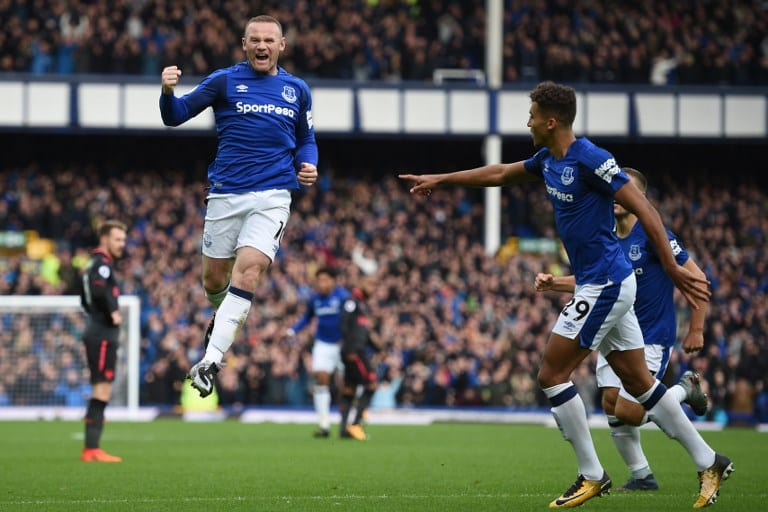Everton's English striker Wayne Rooney (L) celebrates scoring the opening goal during the English Premier League football match between Everton and Arsenal at Goodison Park in Liverpool, north west England on October 22, 2017. / AFP PHOTO